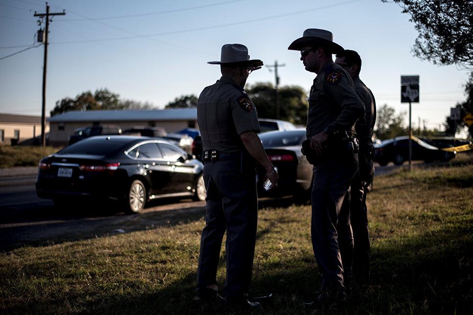 Сотрудники правоохранительных органов США на месте стрельбы у церкви в Сатерленд Спрингс в Техасе, США. 5 ноября 2017