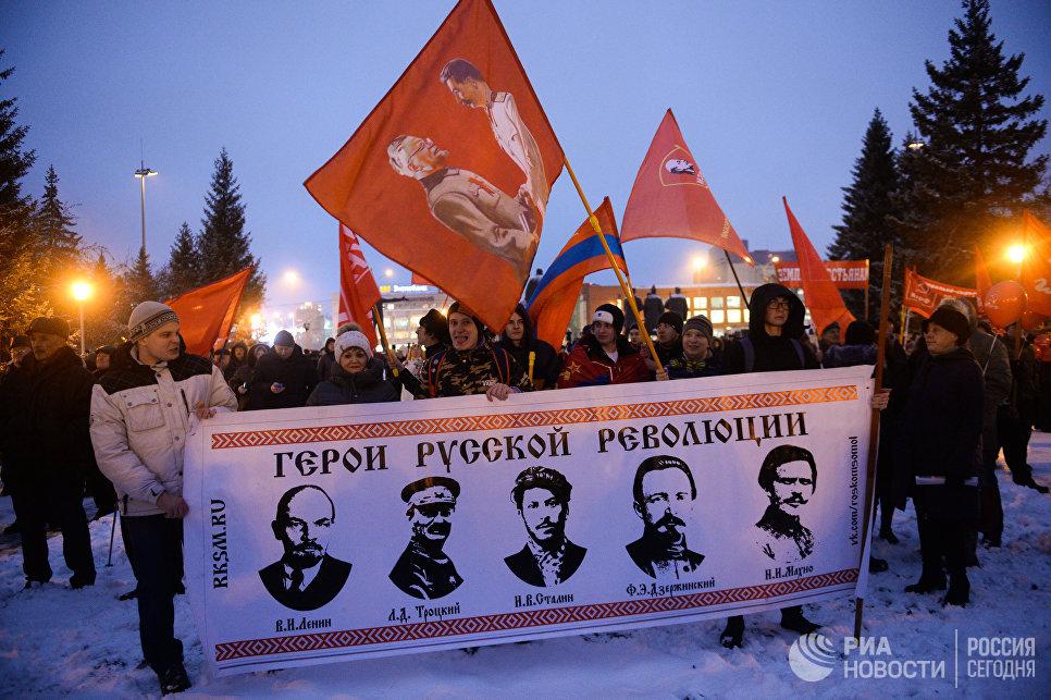 Участники празднования 100-летия Октябрьской социалистической революции во время митинга на площади Ленина в Новосибирске