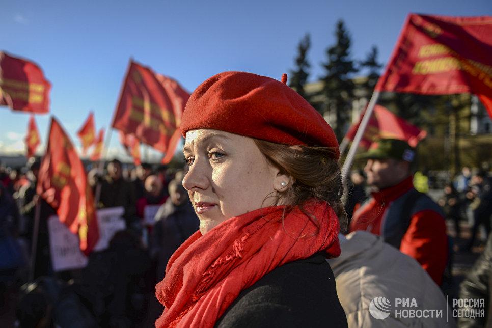 Участница митинга, организованного петербургским отделением Коммунистической партии Коммунисты России, в честь 100-летия Великой Октябрьской социалистической революции у Финляндского вокзала в Санкт-Петербурге