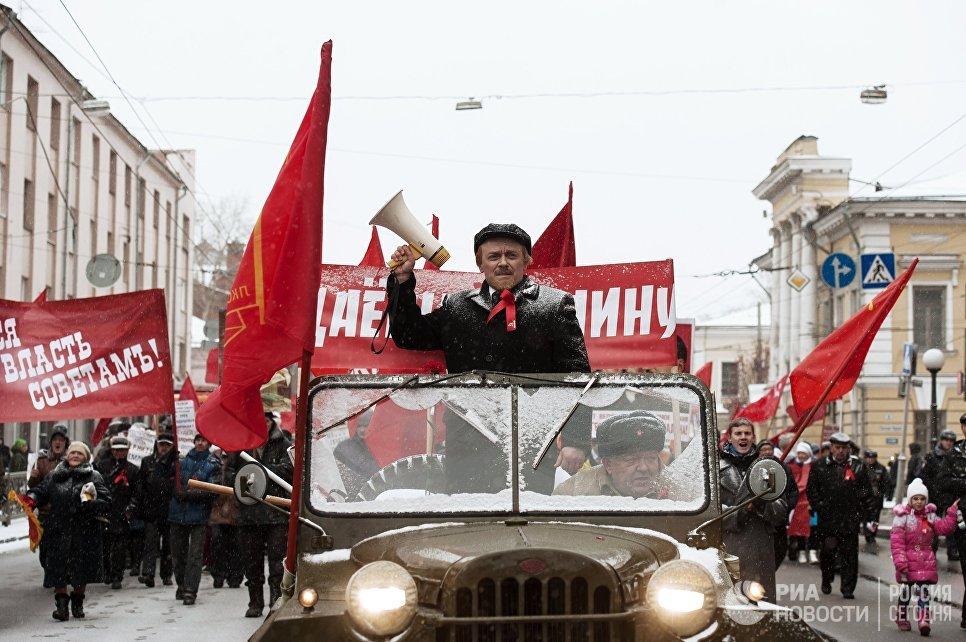 Участники шествия, приуроченного к 100-летию Октябрьской социалистической революции, в Томске