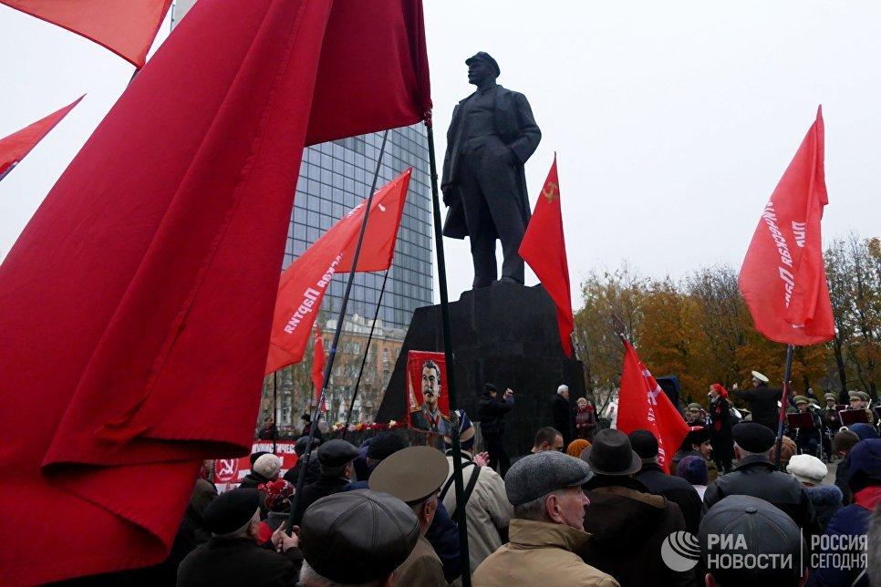 Участники демонстрации в честь 100-летия Великой Октябрьской социалистической революции в Донецке