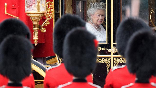 Королева Великобритании Елизавета II перед выступлением в Палате лордов британского парламента