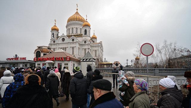 Верующие у Храма Христа Спасителя, где находятся Дары волхвов