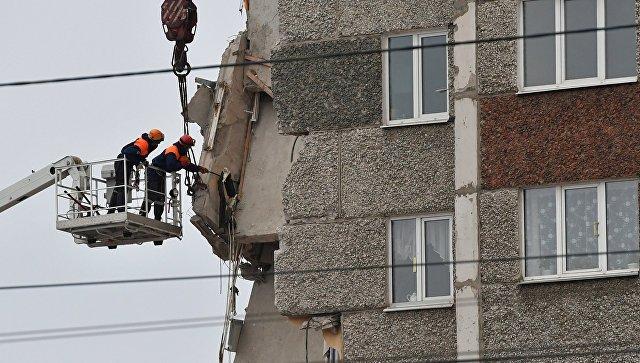 Cотрудники экстренных служб разбирают нависающие конструкции обрушившегося вИжевске дома