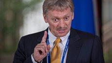 Дмитрий Песков во время пресс-подхода президента РФ Владимира Путина на форуме АТЭС. 11 ноября 2017