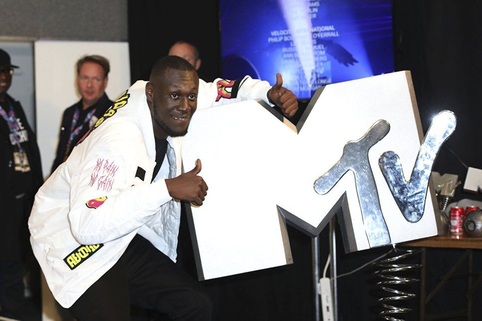 Stormzy позирует за кулисами во время MTV Europe Music Awards