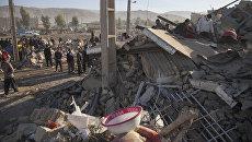 Спасатели ищут выживших после землетрясения в Керманшахе, Иран. 13 ноября 2017