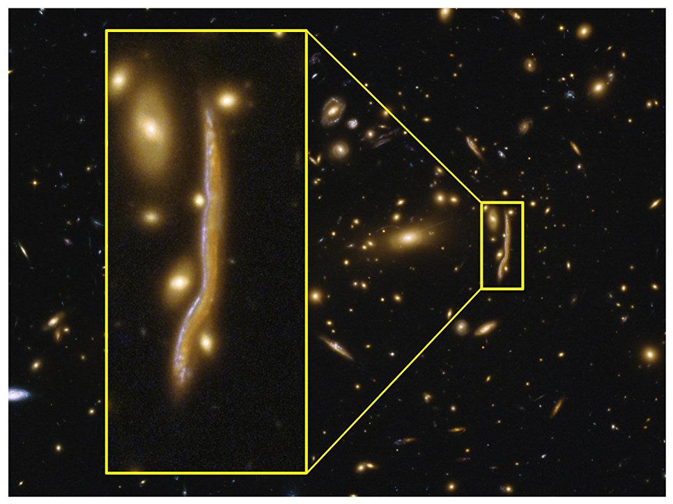 Древняя галактика, которую гравитационная линза превратила в космическую змею