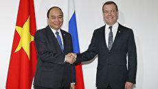 Премьер-министр РФ Дмитрий Медведев и премьер-министр Вьетнама Нгуен Суан Фук во время встречи в рамках Восточноазиатского саммита в Маниле. 14 ноября 2017