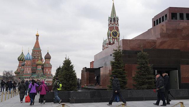 Люди идут в Мавзолей на поклон к Ленину