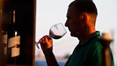 Посетитель винно-гастрономического фестиваля