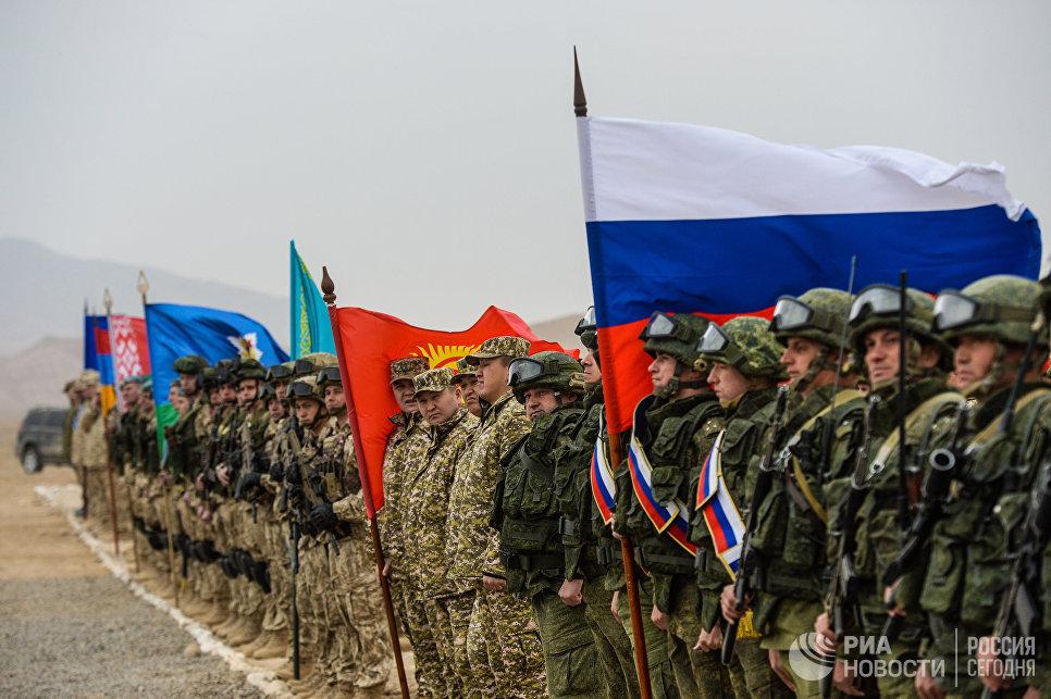 Военнослужащие на церемонии открытия совместных антитеррористических учений КСБР государств-членов ОДКБ на полигоне Харбмайдон в Таджикистане