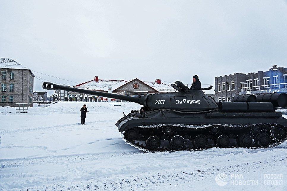 Тяжелый танк ИС-3 на показательном выезде взвода исторической бронетехники в Мурманске