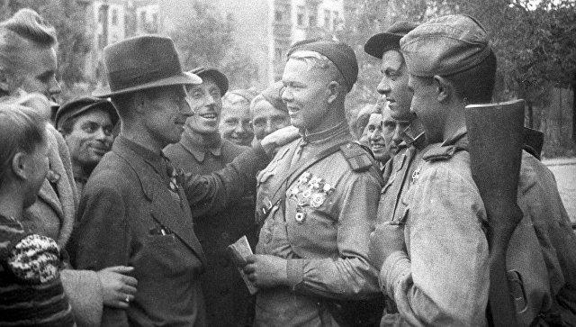 Жители Люблина и бойцы Советской Армии на одной из улиц города. Польша,  1944 год