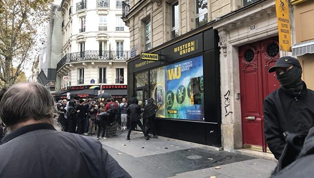 Несколько сотен противников Эммануэля Макрона устроили погромы встолице франции