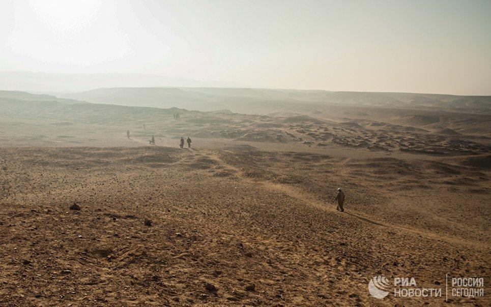 Рабочие у некрополя Дер Эль Банат в Фаюмском оазисе Египта