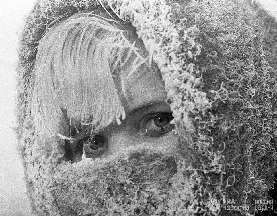 Пермячка в пуховом платке, заиндевевшим в мороз.