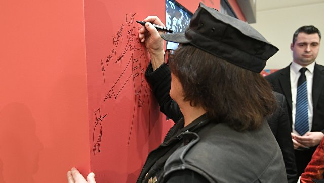 Художник и скульптор Михаил Шемякин рисует скетч на выставке Великая русская революция