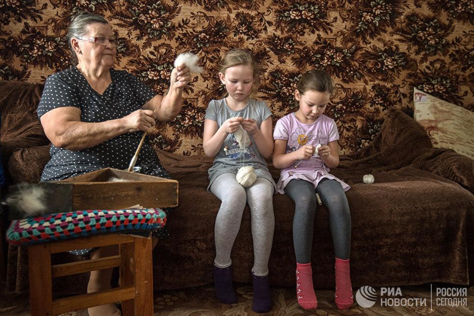 В семье Ишмухаметовых мастерство вязания передается по наследству. Миннур ханум обучает внучек азам рукоделия: как правильно держать спицы, набирать петли и связать самый простой рисунок.