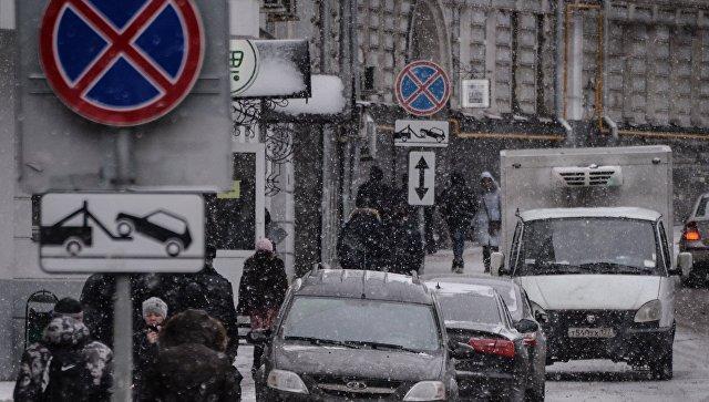 Автомобили, припаркованные в зоне действия знака Остановка запрещена в Москве. Архивное фото