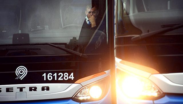 Водитель в салоне автобуса