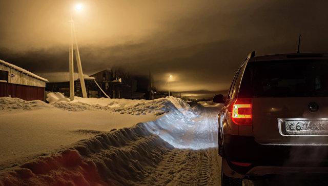 Автомобиль на обочине заснеженной дороге ночью. Архивное фото