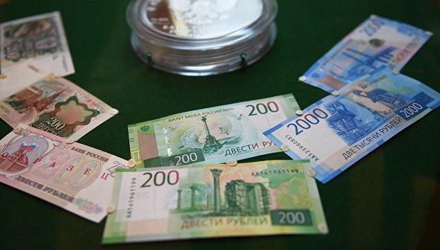 Демонстрация новых купюр достоинством в двести и две тысячи рублей в Банке России. Архивное фото