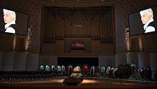 Гроб с телом оперного певца Дмитрия Хворостовского в Концертном зале имени П. И. Чайковского в Москве. 27 ноября 2017