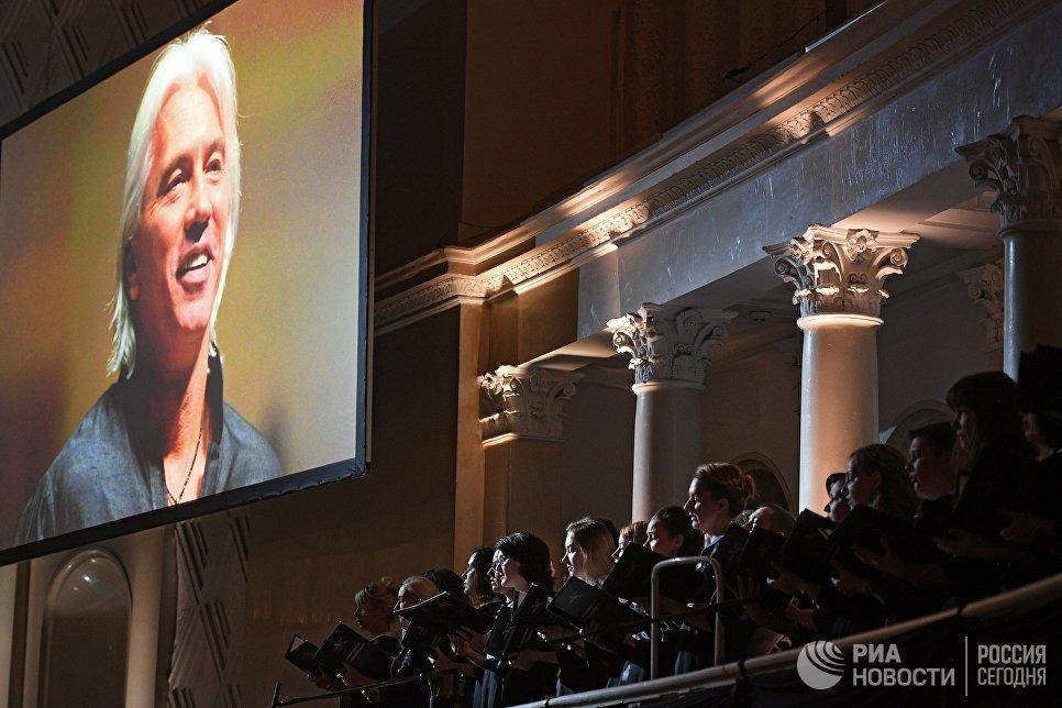 Хор на церемонии прощания с оперным певцом Дмитрием Хворостовским