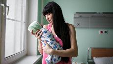 Мать с новорожденным ребенком. Архивное фото