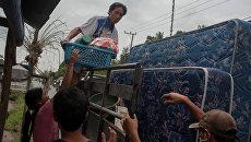 Местные жители перебираются в убежище в округе Карангасем на острове Бали на время извержения вулкана Агунг. 28 ноября 2017