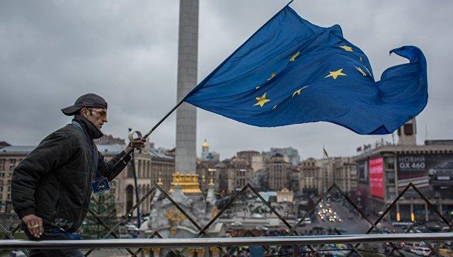 Человек с флагом Евросоюза на площади Независимости в Киеве. Архивное фото.