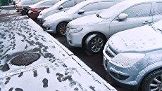 Автомобили на улице после снегопада в Москве. Февраль 2018