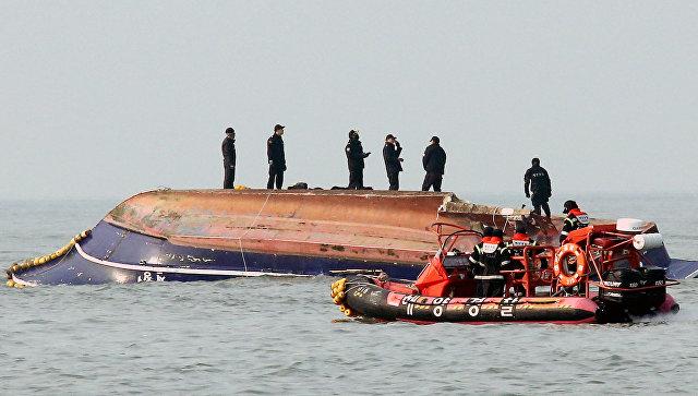 Офицеры береговой охраны на месте столкновения  рыболовного судна с топливным танкером, Южноая Корея. 3 декабря 2017
