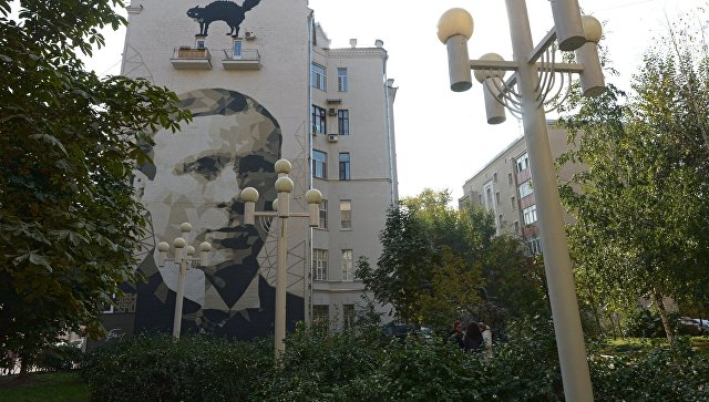 Портрет М.А. Булгакова на фасаде дома в Москве. Архивное фото