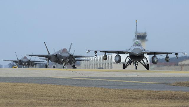 Истребители ВВС США на авиабазе Кунсан во время совместных учений с Южной Кореей. Архивное фото
