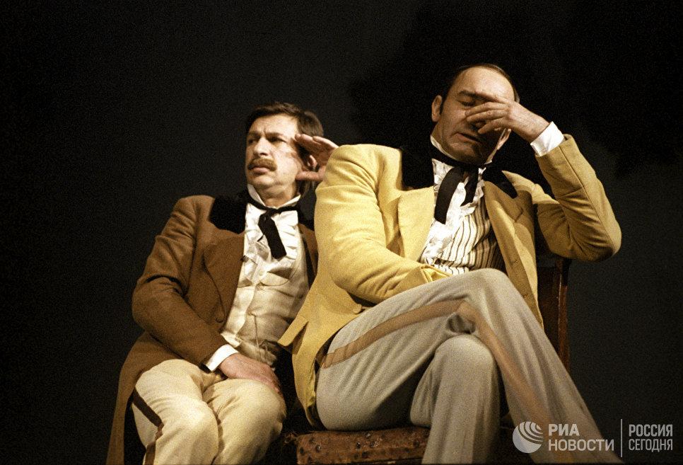 Артисты Игорь Кваша и Валентин Гафт в спектакле Балалайкин и Ко