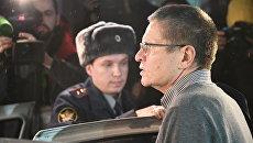 Экс-министр экономического развития Алексей Улюкаев у Замоскворецкого суда после слушаний по его делу. 4 декабря 2017