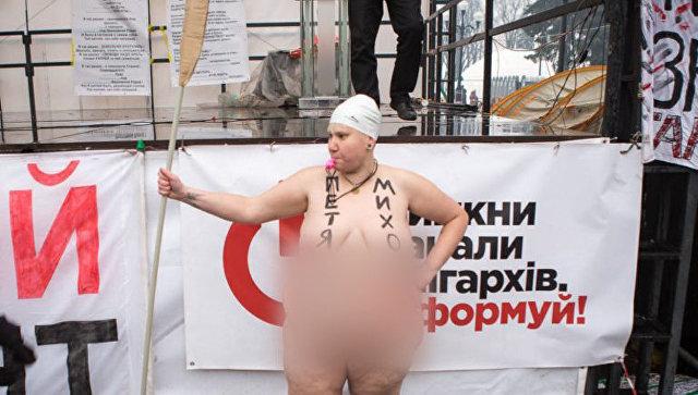Активистка Femen во время акции у здания Верховной рады Украины в Киеве