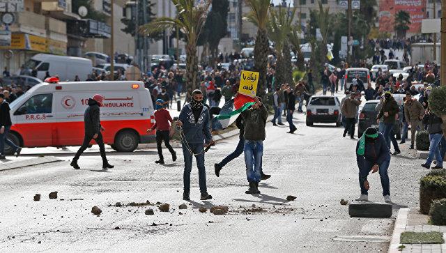 Столкновения палестинских протестующих с израильскими силами безопасности в городе Рамалла на Западном берегу. 7 декабря 2017