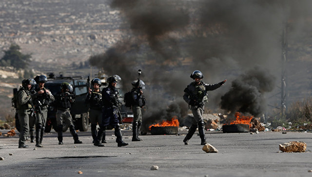 Израильские военные во время столкновений с палестинскими протестующими. Архивное фото