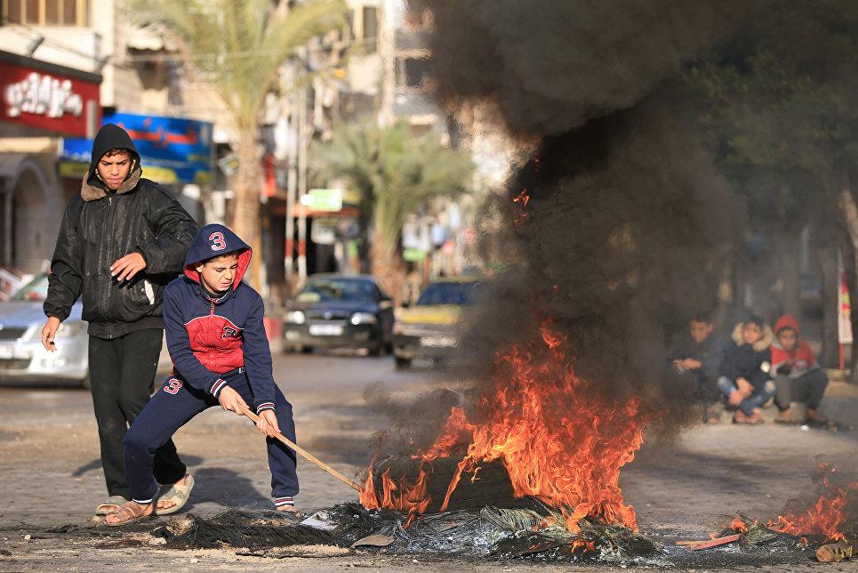 Дети во время протеста против решения Дональда Трампа признать Иерусалим столицей Израиля в городе Газа. 7 декабря 2017