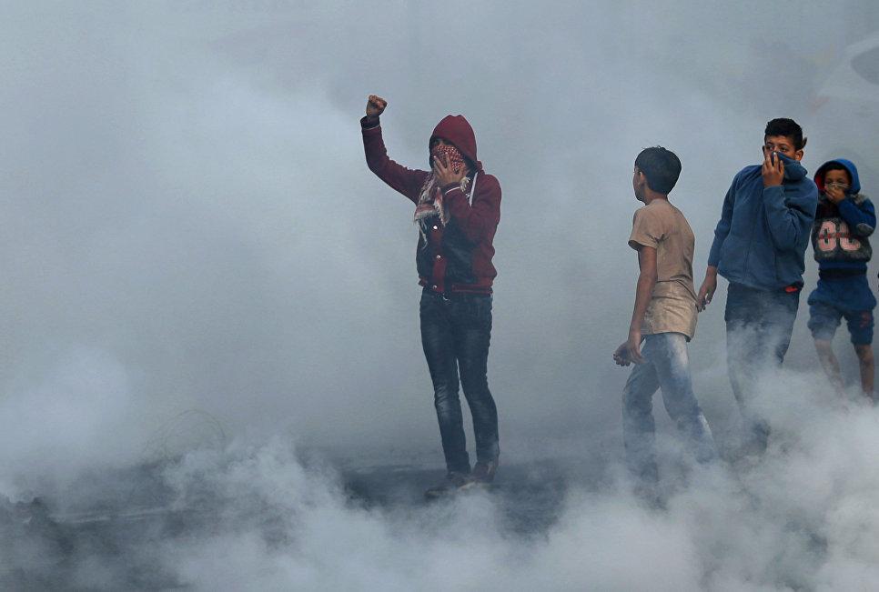 Палестинцы во время акции протеста против решения Дональда Трампа признать Иерусалим столицей Израиля в городе Газа. 7 декабря 2017