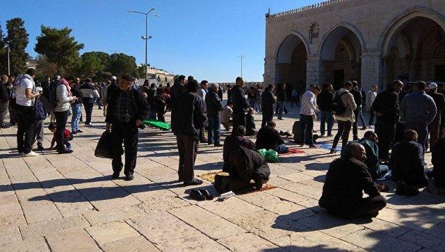 Верующие у мечети аль-Акса в Иерусалиме. 8 декабря 2017