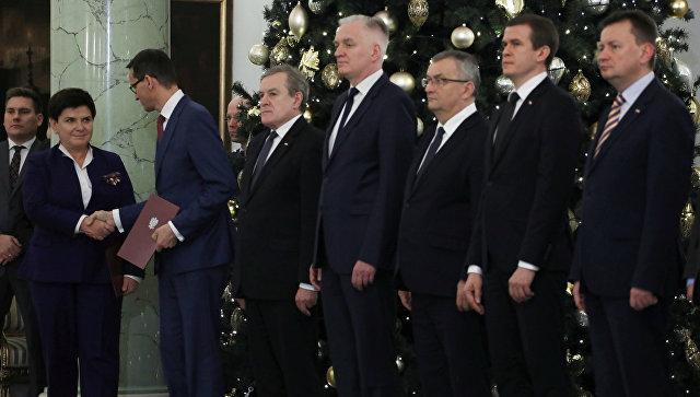 Беата Шидло пожимает руку новоназначенному премьер-министру Польши Матеушу Моравецкому в Варшаве, Польша. 8 декабря 2017