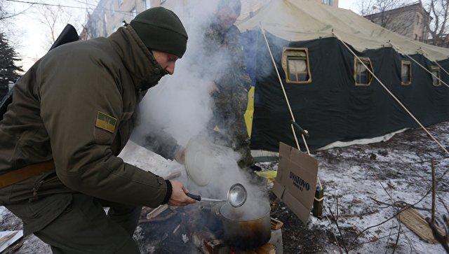 Украинские военные готовят на полевой кухне. Архивное фото