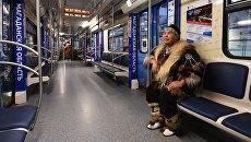 Участник в национальном костюме Якутии в салоне нового тематического поезда метро Дальневосточный экспресс в электродепо Выхино. 11 декабря 2017