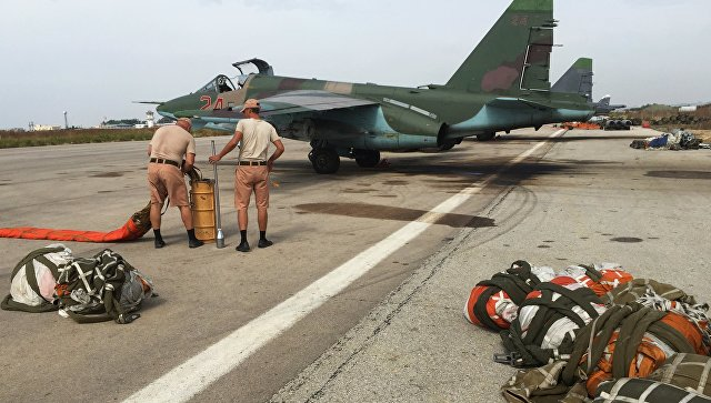 Укладка тормозного парашюта для штурмовика Су-25 ВКС России на аэродроме в Сирии