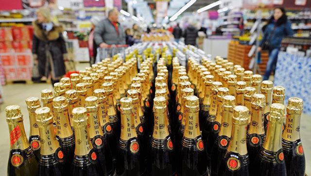 Алкогольная продукция в супермаркете. Архивное фото