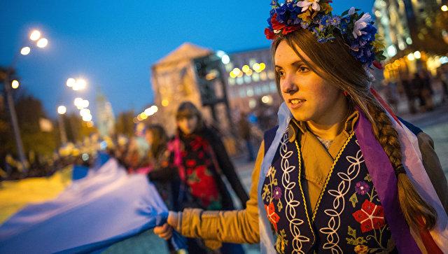 Молодежь с флагом Украины в Киеве